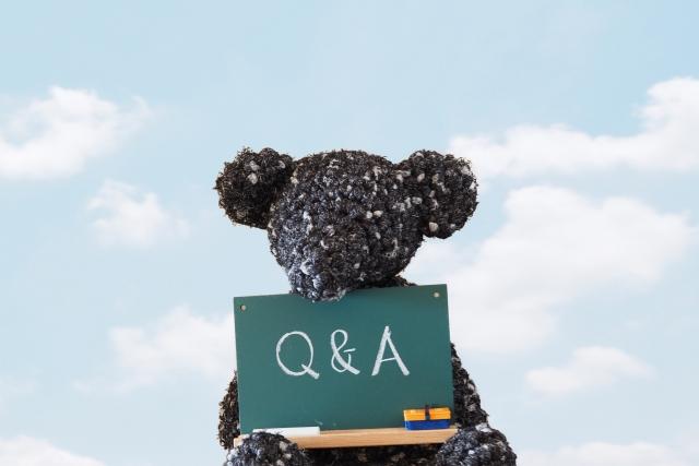 Q&Aと書かれた黒板を持つテディベア
